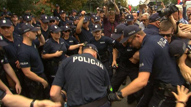 Prokuratura wszczęła śledztwo w sprawie działań policji podczas protestów przed Sejmem  TVN24