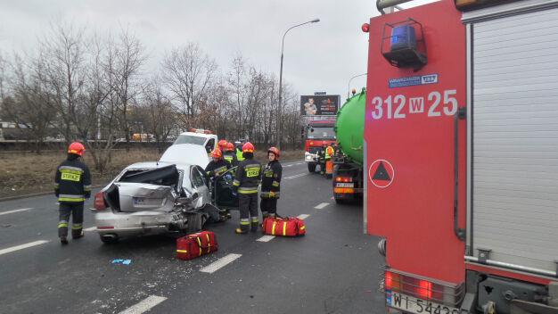 Wawer: zderzenie trzech samochodów, w tym szambiarki